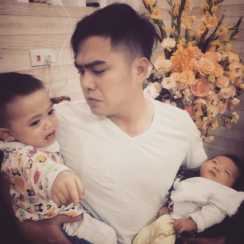Ông bố trẻ loay hoay chăm sóc hai đứa con.