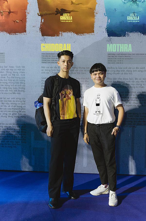 Diễn viên Trịnh Tú Trung (phải) đi xem phim cùng ca sĩ trẻ Nguyễn Duy.