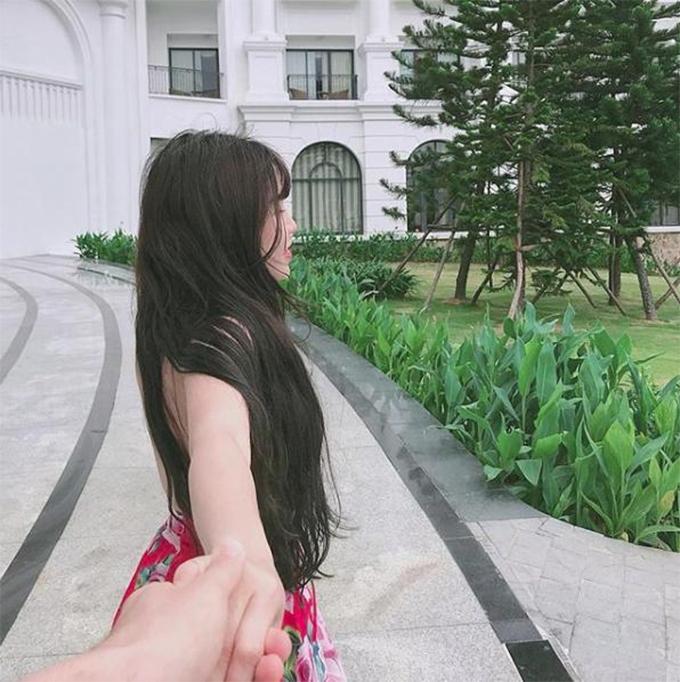 Yến Xuân đăng ảnh được bạn trai giấu mặt nắm tay tại resort ở Nha Trang cùng thời điểm Văn Lâm check-in tại đây.