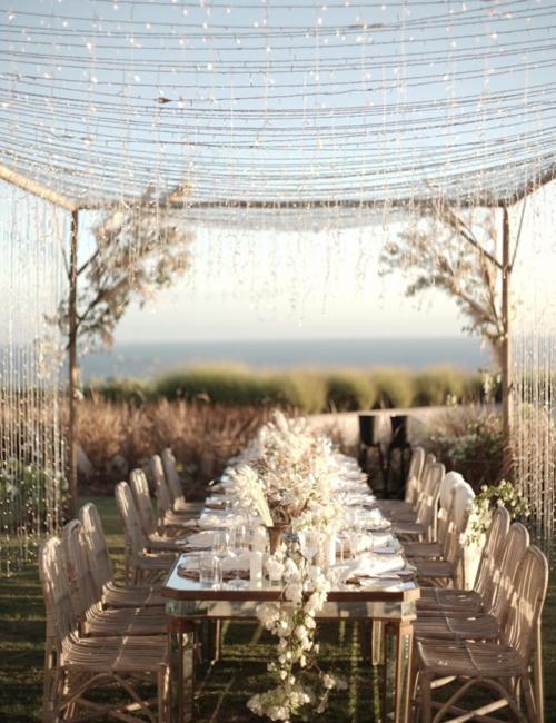 Ekip dựng, bố trí bàn tiệc gần khu thực hiện nghi lễ cưới.