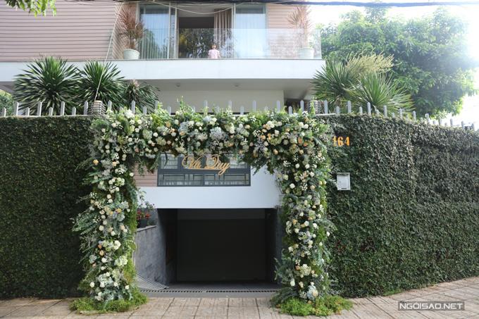 Không gian lễ vu quy của cô dâu Ngọc Huyền - vị hôn thê của đạo diễn Nhất Trungở TP HCM. Cổng chào được kết hoa tươi, các loại lá cây tạo cảm giác mát mắt.