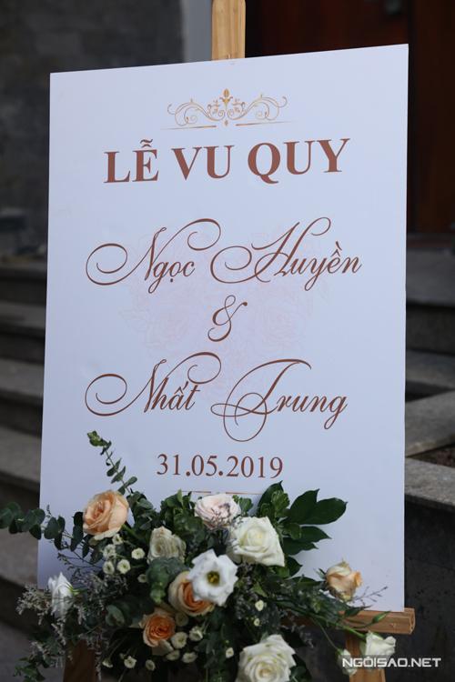 Bảng welcome tiệc cưới có in tên hai vợ chồng,được trang trí với hoa hồng, lá mimosa và một số loài hoa cỏ phụ trợ để xóa đi sự đơn điệu.