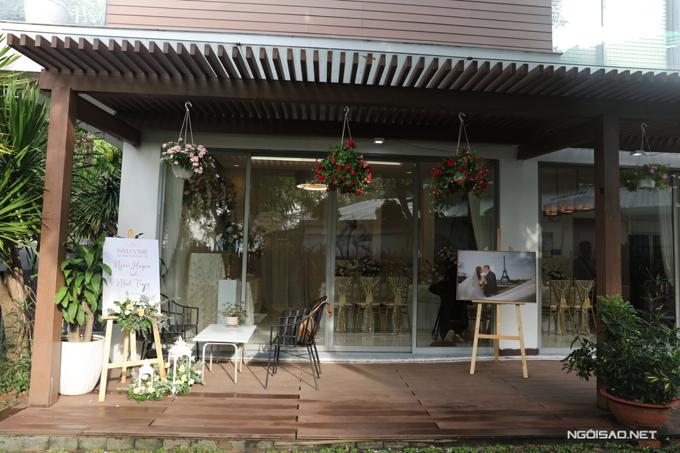 Bên trong căn nhà của cô dâu Ngọc Huyền được đặt bảng welcome lễ vu quy, ảnh cưới tại Pháp của Ngọc Huyền - Nhất Trung.