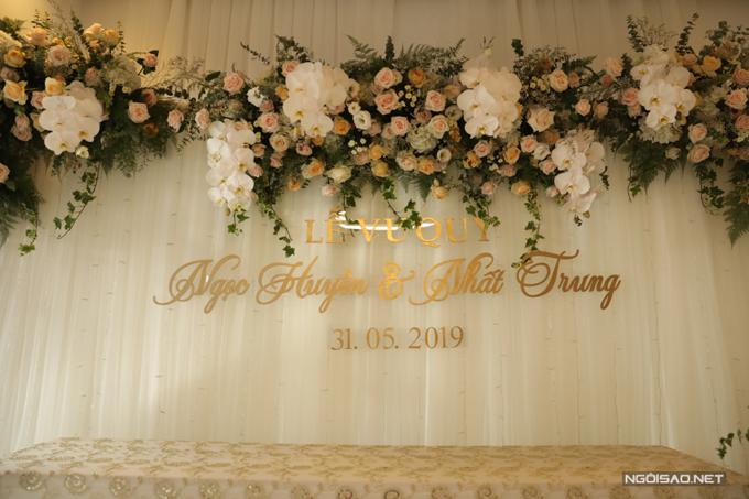 Ekip đã sử dụng hoa lan hồ điệp, hoa hồng trắng, hoa hồng, cát tường, hoa cúc Cali, lá đệm để tô điểm không gian.