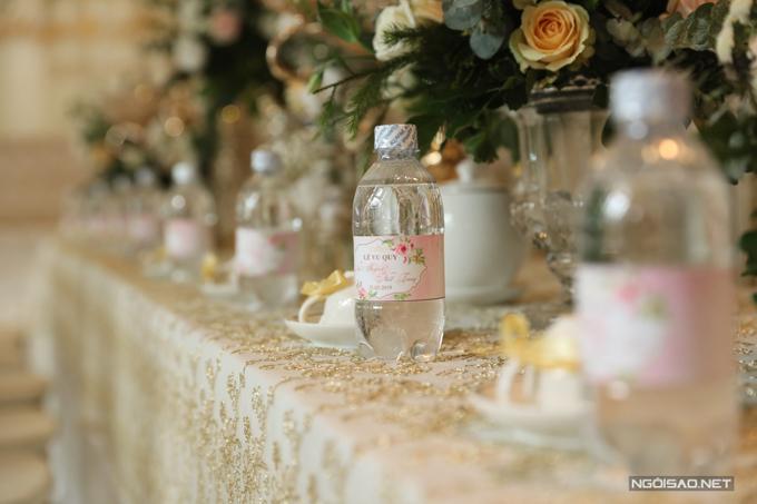 Từng chi tiết, vật dụng nhỏ trên bàn trà cũng đều được chú trọng. Những chai nước ở bàn trà được gắn nhãn Lễ vu quy và có tên hai vợ chồng. Chiếc tách nhỏ cũng được buộc nơ tông vàng.