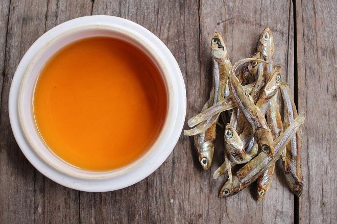 Nước mắm lên men từ cá cơm và muối, gia vị thường có trong bữa cơm Việt.