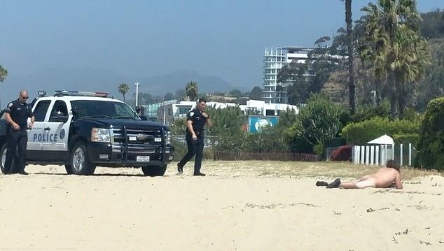 Sáng thứ 5 (30/5), cảnh sát bắt gặp một người đàn ông đang khỏa thân nằm trước nhà cựu thiên thần nội y Alessandra Ambrosio ở thành phố biển Santa Monica, California.