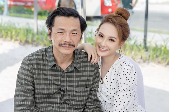 Bảo Thanh đăng ảnh chụp cùng diễn viên Trung Anh. Cả hai đang nhận được nhiều chú ý của khán giả khi vào vai bố con trong phim truyền hình Về nhà đi con.