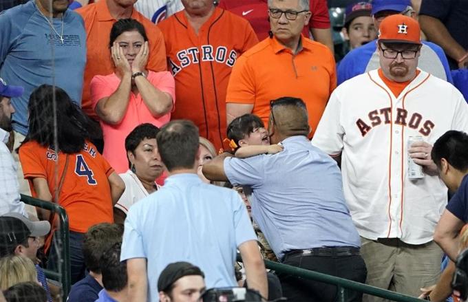 Bé gái trên khán đài khóc nức nở sau khi bị bóng bay vào người. Ảnh: YT.