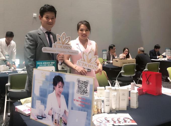 Bà Xoan Võ - Sáng lập kiêm CEO Công ty mỹ phẩm thiên nhiên cao cấp X'Doris cùng đối tác Hàn Quốc.