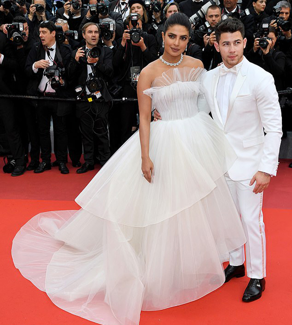 Priyanka Chopra bên chồng trẻ Nick Jonas tại LHP Cannes hôm 18/5. Ảnh: Rex.