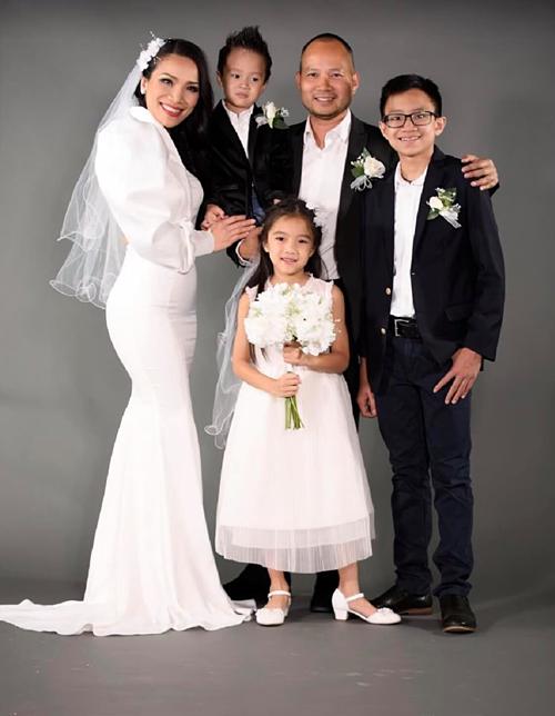 Hồng Ngọc hạnh phúc bên chồng và 3 con.