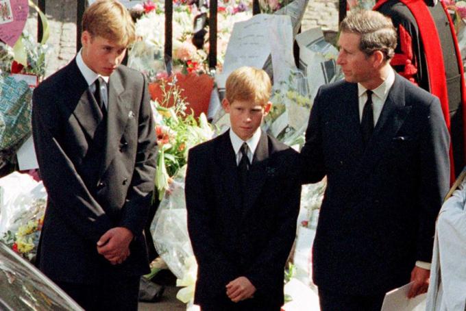 Thái tử Charles vàhai con trai William, Harry trong đám tang Công nương Diana năm 1997. Ảnh: UK Press.