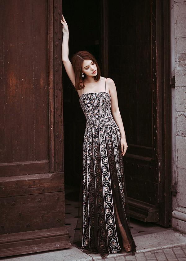 Cô đến thăm ngôi làng cổ Saint Paul De Vence và thực hiện bộ ảnh thời trang mới tại đây.