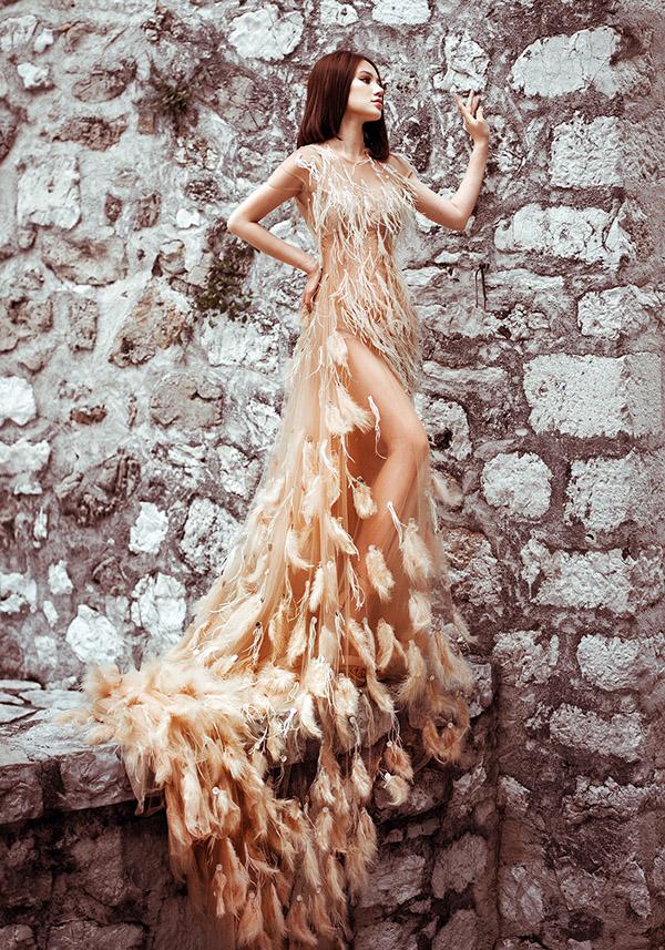 Jolie Nguyễn quyến rũ khi diện váy xuyên thấu đính lông vũ.