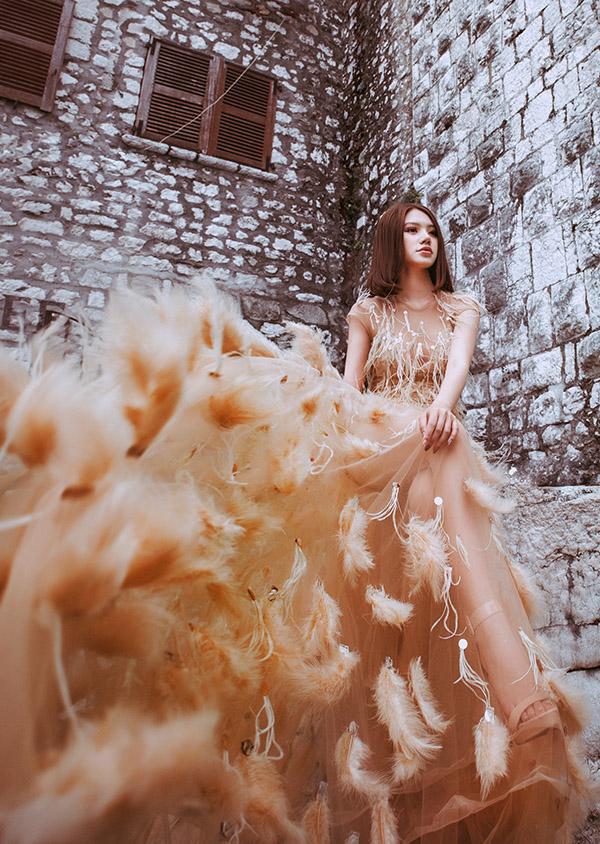 Hoa hậu 22 tuổi rất thích các thiết kế tinh tế, cầu kỳ của Lý Quí Khánh.