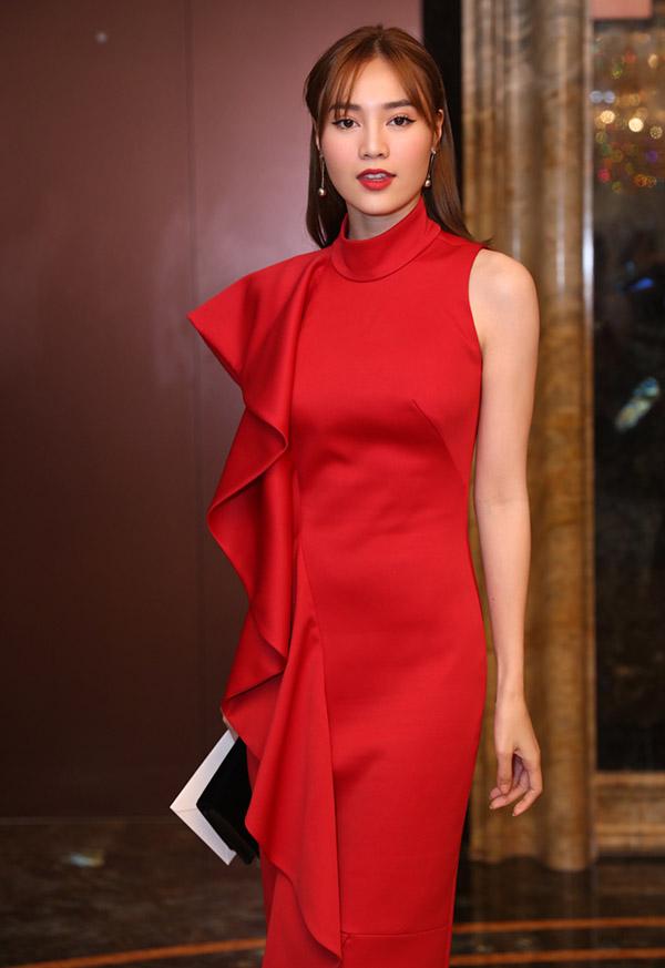 Lan Ngọc nổi bật với váy đỏ bất đối xứng.