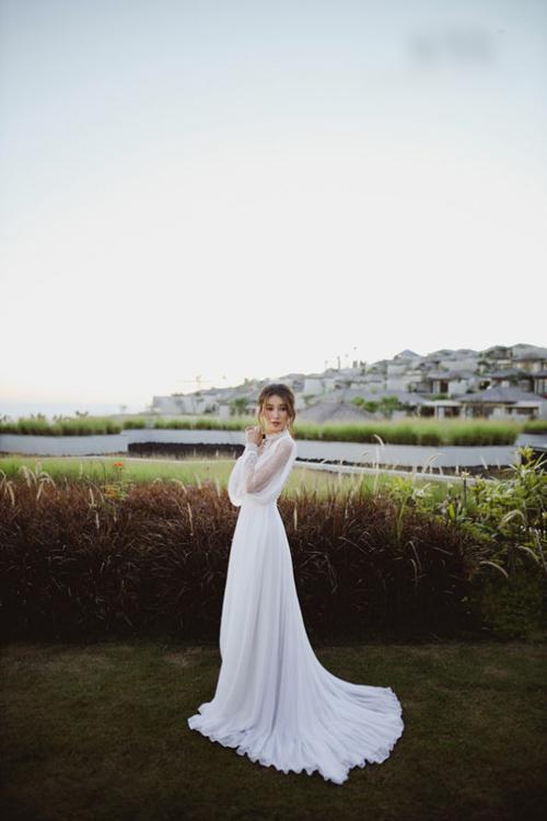 Huỳnh Thúy Như chọn váy cưới đuôi dài, có sự gọn nhẹ, thuận tiện thay vì dáng váy ball gown (xòe phồng).