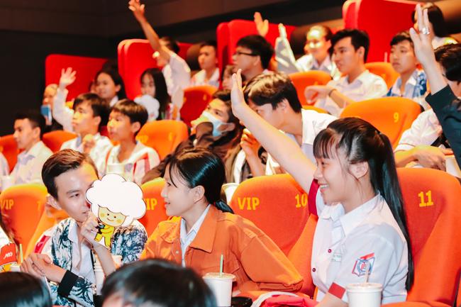Chủ đề đầu tiên Yêu và ấy sao cho đúng đã thu hút hơn 4.000 học sinh tại 14 trường trung học phổ thông và trung học cơ sở.