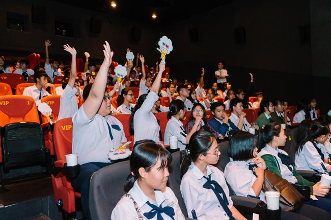 Học sinh hào hứng xem tiểu phẩm ngắn đan xen với các tình huống ngay trong rạp.