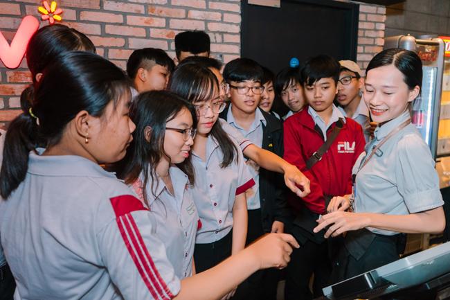 Học sinh trải nghiệm phòng chiếu tại cụm rạp CGV, tìm hiểu quy trình hoạt động tại rạp chiếu phim, được hướng dẫn thực hành chế biến bỏng ngô...
