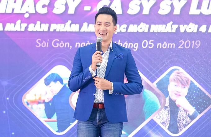 Ca sĩ Nguyễn Phi Hùng mặc lịch lãm, khoe vẻ trẻ trung, phong độ ở tuổi ngoài 40.