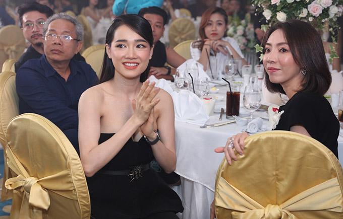 Nhã Phương ngồi cùng bàn tiệc với Thu Trang và nghệ sĩ Trung Dân.