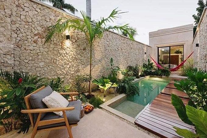 Mặt tiền của ngôi nhà đem đến cảm giác thư giãn với một mặt sàn để kê bàn ghế ngồi hóng gió và bể bơi.