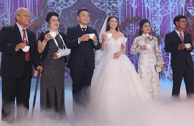 Chú rể cùng cô dâu Ngọc Huyền kém anh 12 tuổi và bố mẹ hai bên nâng ly rượu mừng hạnh phúc đồng thời cảm ơn tất cả khách mời đã đến chung vui cùng gia đình.
