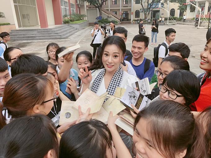 Phương Oanh được nhiều khán giả xin chữ ký khi tham gia một sự kiện ở Thái Nguyên.