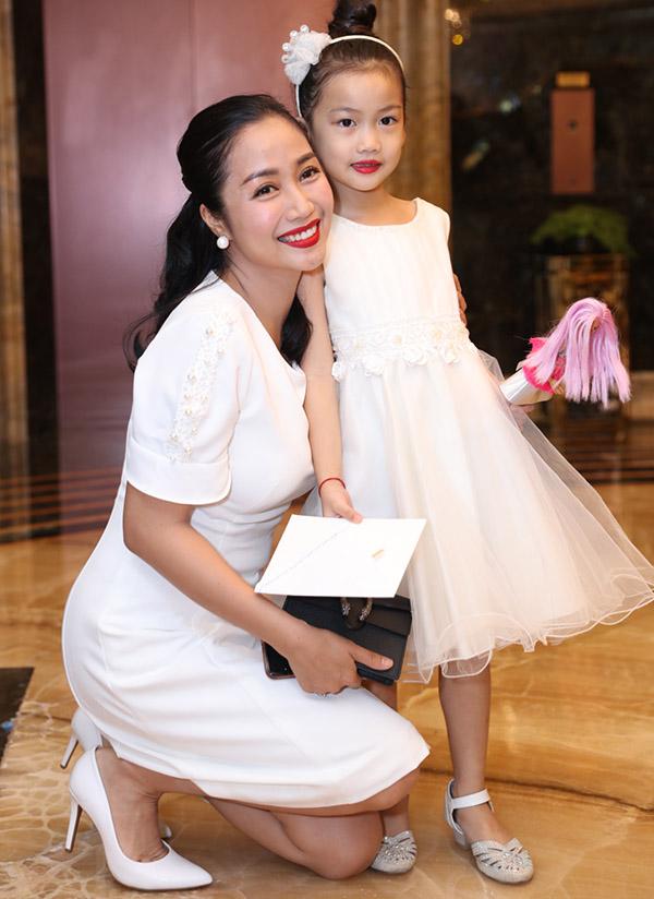 Ốc Thanh Vân mặc ton-sur-ton trắng với con gái.
