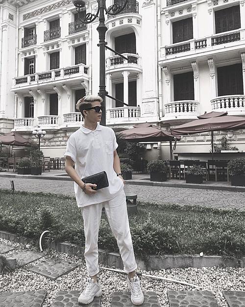 Quang Anh - quán quân Giọng hát Việt nhí 2013 - cao lớn phổng phao. Trước đây, đối với những tin đồn về chuyện phẫu thuật thẩm mỹ, Quang Anh khẳng định nhan sắc hiện tại của anh là hoàn toàn tự nhiên. Tuy nhiên, mới đây anh lần đầu thừa nhận phẫu thuật thẩm mỹ do muốngương mặt của mìnhhoàn hảo hơn.
