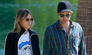 Robert Pattinson và bạn gái 9X hẹn hò trong công viên