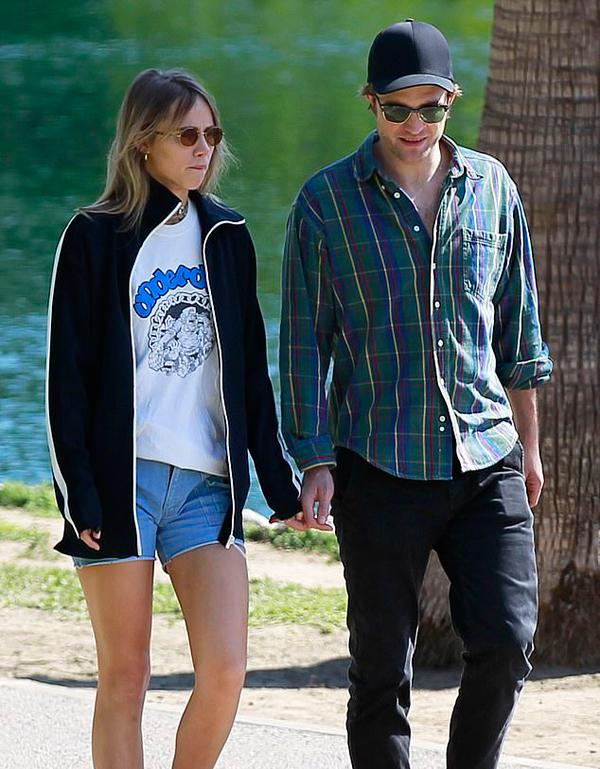 Robert Pattinson và Suki Waterhouse tản bộ trong công viên ở Los Angeles ngày 30/5. Cặp sao mặc đồ đơn giản, tình tứ bên nhau như những đôi uyên ương bình thường khác.