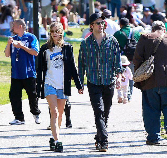 Hai mối tình trước đây của Pattinson đều khá ồn ào nên hiện tại anh rất kín tiếng về chuyện tình cảm. Ngôi sao người Anh từng yêu Kristen Stewart từ năm 2008 đến 2013, sau đó chia tay vì Kristen tằng tịu với đạo diễn đã có vợ. Năm 2015, Pattinson đính hôn với nữ ca sĩ FKA twigs - người đẹp gốc Jamaica - giữa sự phản đối của nhiều người hâm mộ và họ hủy hôn vào cuối năm 2017.