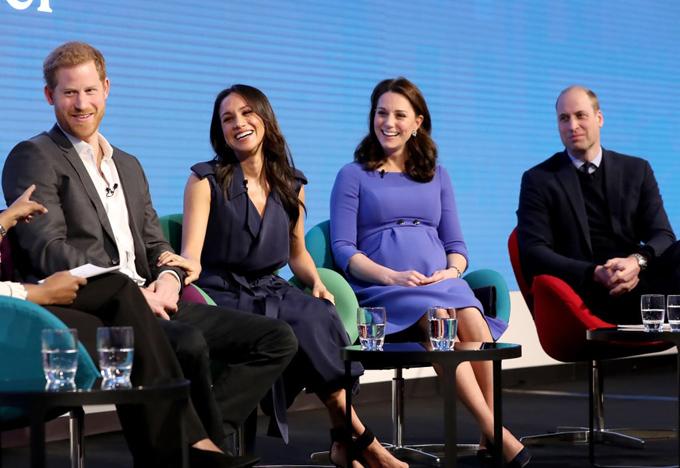 Hai cặp vợ chồng hoàng gia trong buổi giao lưu chia sẻ về tổ chức từ thiện Royal Foundation mà họ cùng thành lập hồi năm ngoái. Ảnh: AP.