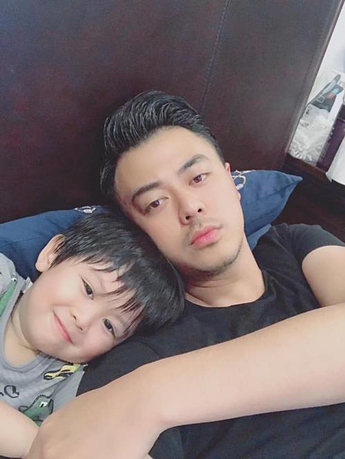Khoảnh khắc thảnh thơi của MC Tuấn Tú bên con trai.