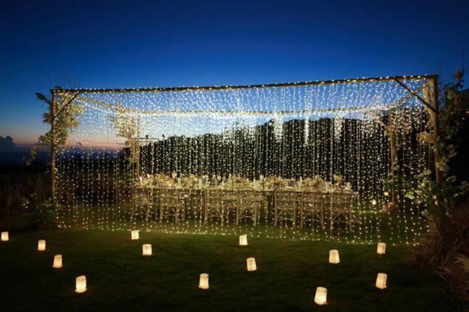 Những ngọn nến tạo nên bầu không khí ấm áp. Bàn tiệc được trang trí với thảm dệt, bình hoa và chùm đèn dây tạo nên khung cảnh lãng mạn, thanh lịch, đúng ý muốn của cặp sao TVB.
