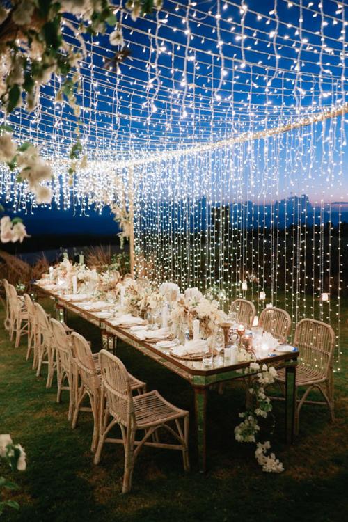 Phối cảnh đám cưới rustic được nâng tầm giá trị khi có sự góp mặt của màn trình diễn ánh sáng, mang tới khung cảnh thần tiên.