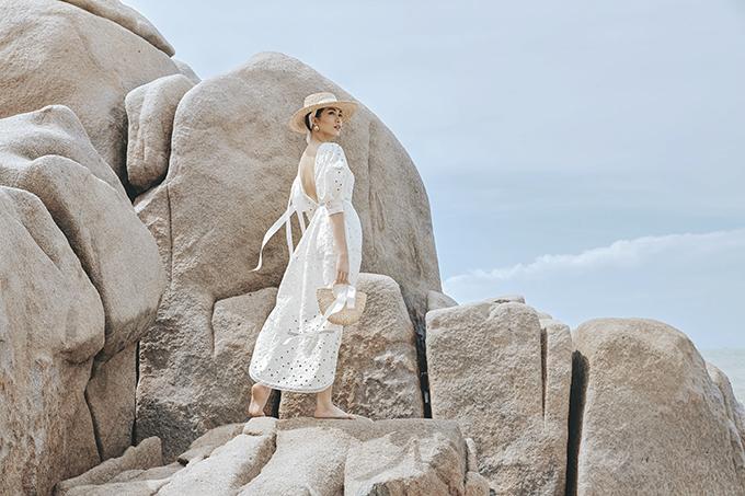 Bộ ảnh được thực hiện với sự hỗ trợ của nhiếp ảnh David Dougan, trang điểm Tâm Huỳnh, retoucher Anh Lê.