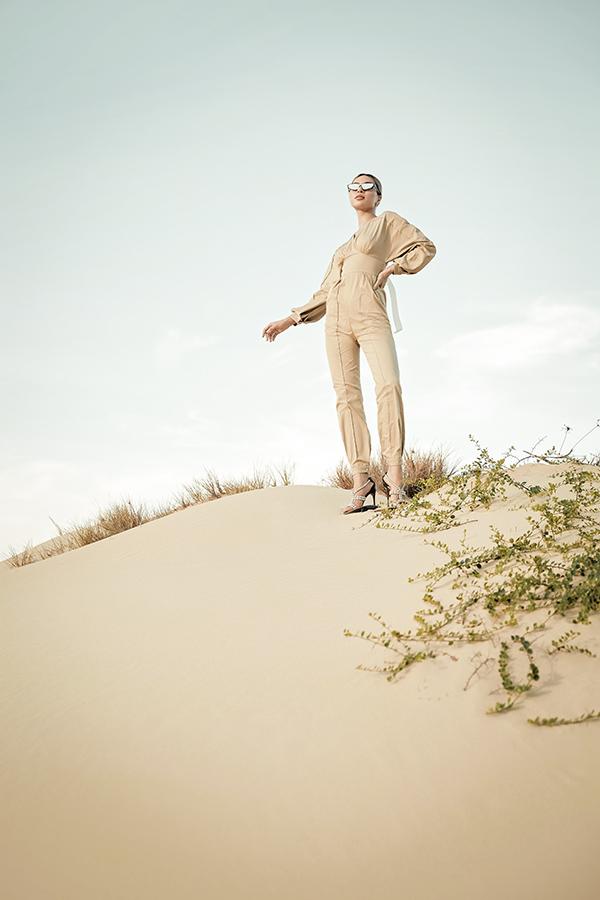 Lối diễn xuất ấn tượng của Khả Trang cũng góp phần mang tới sức hút cho bộ ảnh được thực hiện ở miền biển, hợp phong cách mùa hè.