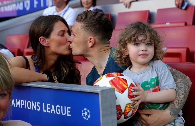 Kane hôn vợ, Llorente chơi với con trước chung kết C1