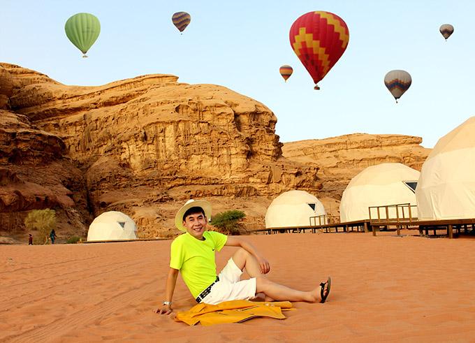 [CaptionHình 13,14:  Wadi Rum thu hút khách du lịch vì có địa hình như trên bề mặt sao Hỏa với màu cát đỏ đặc trưng. Dưới tác động của ôxít sắt, sắc đỏ nổi bật trên bảng màu của Wadi Rum. Sa mạc này đã được UNESCO công nhận là di sản thiên nhiên thế giới. Nhiều người gọi nơi đây là