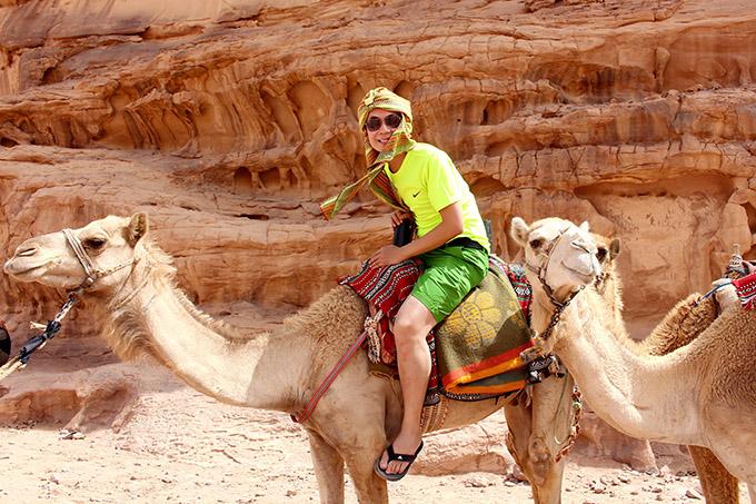 [Caption Hình 15,17:  Phương tiện di chuyển chính là những chiếc xe địa hình vượt cát hay lắc lư trên lưng những con lạc đà.