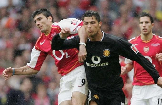 Reyes (trái) trong trận đấu với C.Ronaldo. Ảnh: PA.