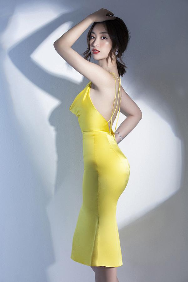 Khi làm mẫu ảnh, Đỗ Mỹ Linh cũng thoải mái phô diễn đường cong bằng những bộ trang phục bó sát, cut-out.