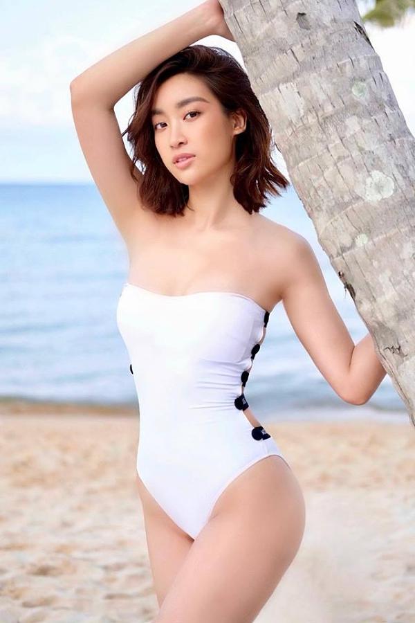 Trên trang cá nhân, người đẹp thỉnh thoảng khoe ảnh mặc bikini khoe tối đa lợi thế hình thể.Mỹ Linh cao 1,71m, sở hữu số đo ba vòng 87-61-94 cm.