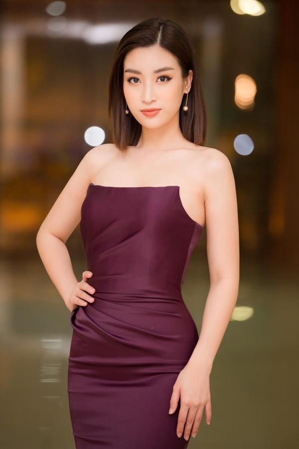 Đầm cúp ngực bó sát của nhà thiết kế Đỗ Long được Đỗ Mỹ Linh chọn khi chấm thi nhan sắc hồi tháng 2/2019. Người đẹp chia sẻ, cô không thay đổi phong cách vì bị nhiều người chê nhạt mà chỉ vì thích.