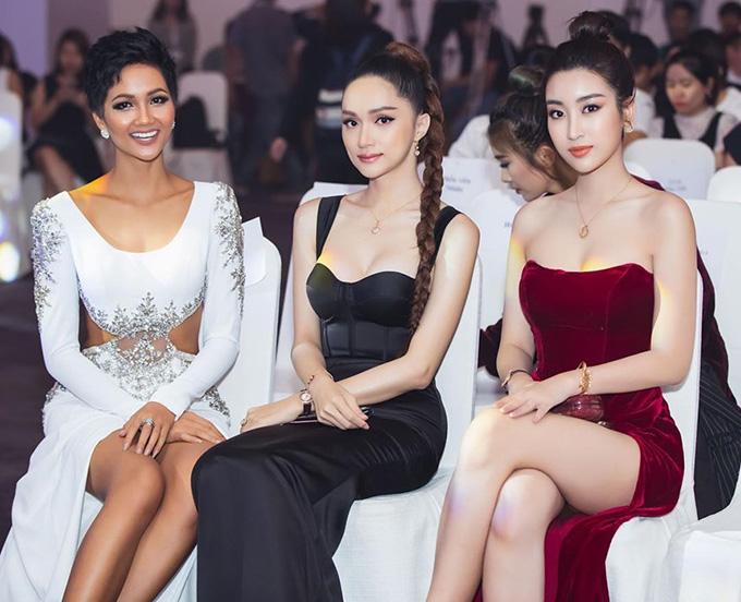 Khi đọ sắc với các Hoa hậu HHen Niê và Hương Giang tại gala trao giải Ngôi sao của năm, Đỗ Mỹ Linh khoe vòng một gợi cảm và đôi chân nuột nà với váy cúp ngực, xẻ tà.