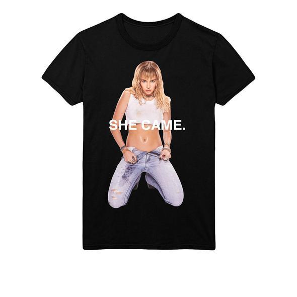 Kiểu áo phông đơn giản mà cá tính với hình ảnh gợi cảm của nữ ca sĩ Mỹ.